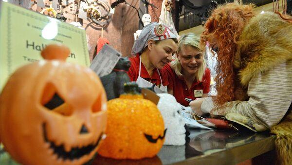 Москвичи готовятся к празднованию Хэллоуина - Sputnik Азербайджан