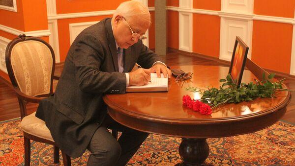 Писатель Эльчин Эфендиев выразил соболезнования - Sputnik Азербайджан