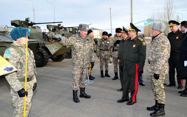 Министр обороны Азербайджана, генерал-полковник Закир Гасанов посетил Казахстан - Sputnik Азербайджан