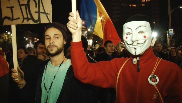 Жители Бухареста вышли на акцию протеста из-за пожара в клубе - Sputnik Азербайджан