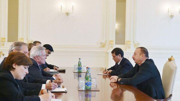 Встреча президента Азербайджана Ильхама Алиева с делегацией США во главе с секретарем Военно-морских сил Реем Мейбасом - Sputnik Азербайджан