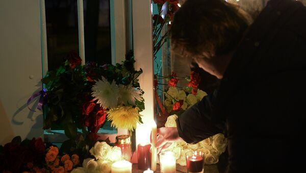 Цветы у посольства Франции в Москве - Sputnik Азербайджан