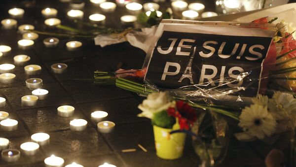 Flowers and candles are placed near the scene of a shootin the day after a series of deadly attacks in Paris , November 14, 2015 - Sputnik Азербайджан