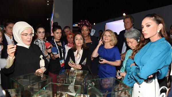 Первая леди Азербайджана Мехрибан Алиева посетила выставочный комплекс Юрд в Анталье - Sputnik Азербайджан
