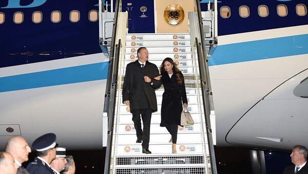 Президент Азербайджана с супругой прибыл во Францию - Sputnik Азербайджан