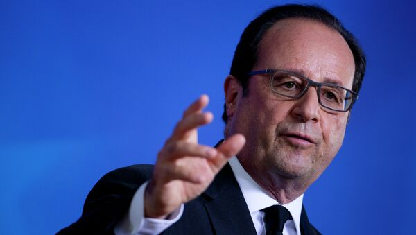 French President Francois Hollande gives a press conference at the European Union (EU) headquarters in Brussels on July 7, 2015 - Sputnik Azərbaycan