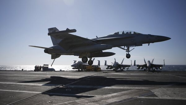 A U.S. Navy F/A-18 Super Hornet fighter lands on the deck of the USS Ronald Reagan during a joint naval drill between South Korea and the U.S., in the West Sea, South Korea, October 29, 2015 - Sputnik Azərbaycan