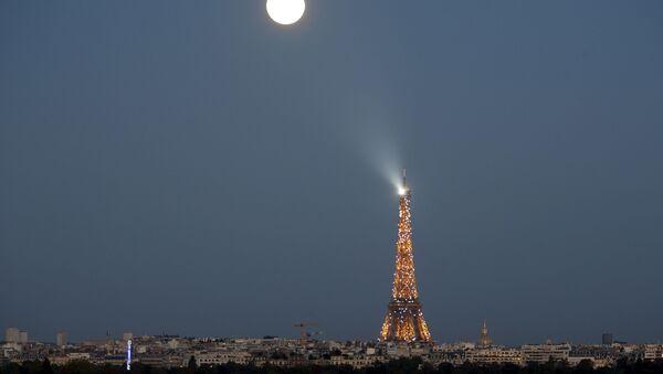 Суперлуние в Париже, Франция - Sputnik Азербайджан