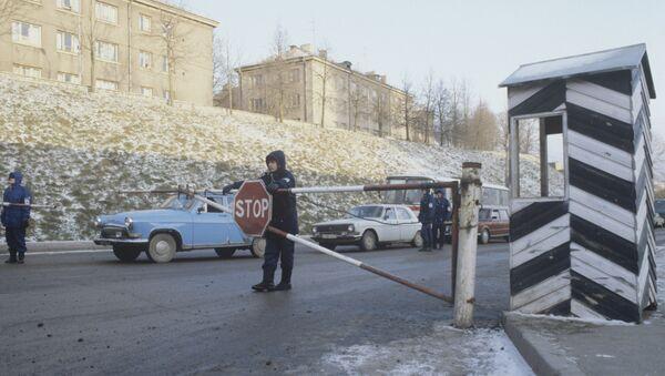 Эстонский таможенный пост на выезде из Нарвы - Sputnik Азербайджан