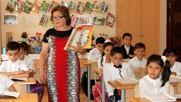 Занятия в День знаний в азербайджанской школе. Архивное фото - Sputnik Азербайджан
