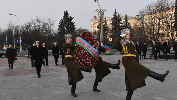Президент Азербайджана Ильхам Алиев посетил монумент в Минске - Sputnik Азербайджан