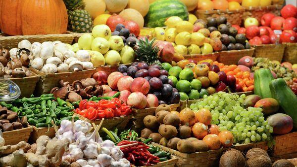 Прилавок с фруктами на рынке - Sputnik Azərbaycan