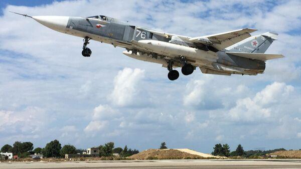 Российский самолет Су-24 взлетает с авиабазы Хмеймим в Сирии - Sputnik Azərbaycan