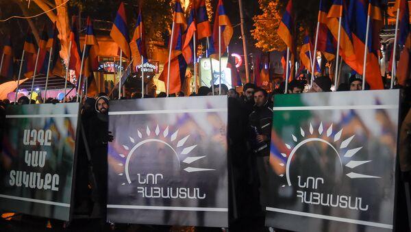 Митинг и шествие оппозиционного фронта «Новая Армения» проходит в Ереване - Sputnik Azərbaycan