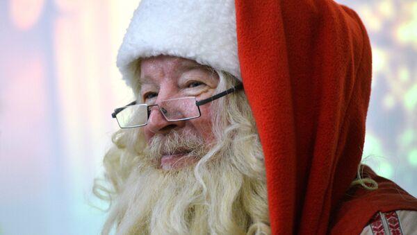 Санта-Клаус встретился с Татарским Дедом Морозом Кыш Бабаем в Казани - Sputnik Азербайджан