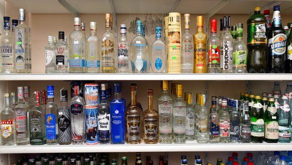 Спиртные напитки на прилавке - Sputnik Азербайджан