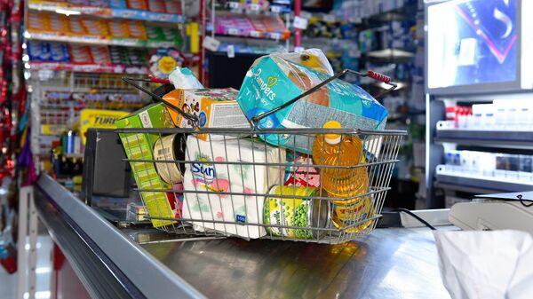 Корзина с покупками в супермаркете - Sputnik Азербайджан