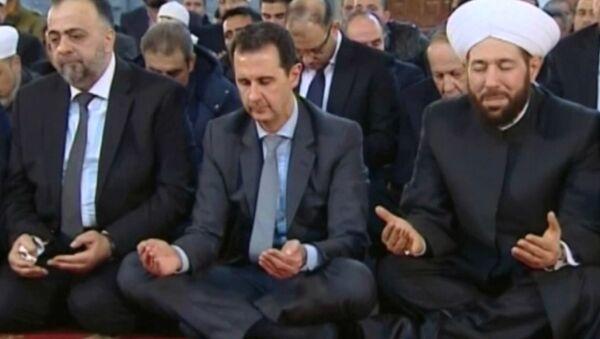 Башар Асад помолился с жителями Дамаска в день рождения пророка Мухаммеда - Sputnik Азербайджан