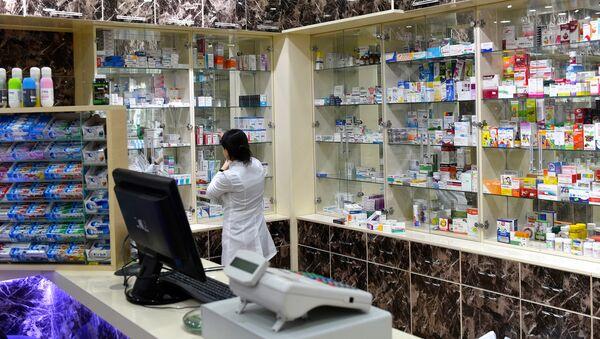 Фармацевт в аптеке - Sputnik Азербайджан