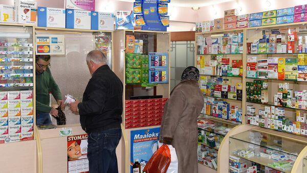 Покупатели в аптеке - Sputnik Азербайджан