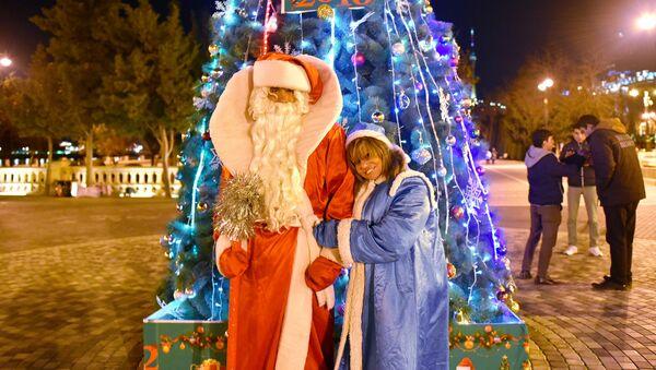 Дед Мороз и Снегурочка на бакинском бульваре - Sputnik Азербайджан