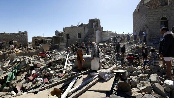 Последствия авианалета ВВС коалиции во главе с Саудовской Аравией в столице Йемена Сане - Sputnik Азербайджан