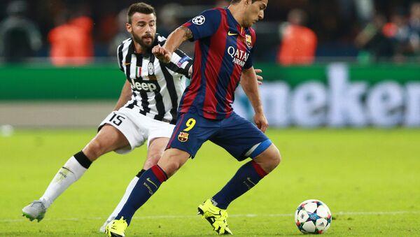 Игрок Барселоны Луис Суарес (справа) и игрок Ювентуса Андреа Барцальи. Архивное фото - Sputnik Азербайджан