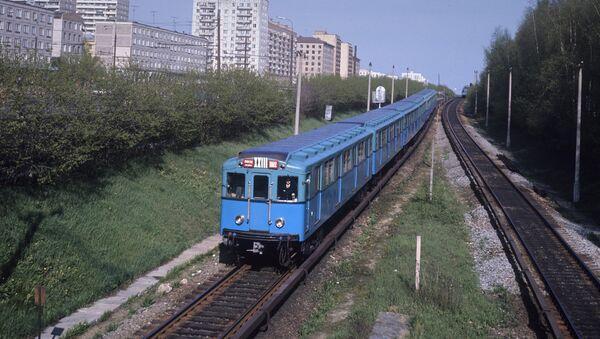 Московский метрополитен. Наземный участок пути недалеко от станции Измайловская - Sputnik Азербайджан
