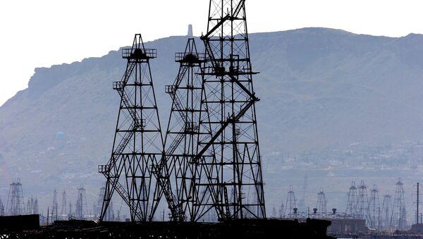 Нефтяные вышки на Каспийском море в г.Баку - Sputnik Азербайджан