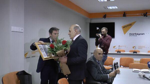 Sputnik Азербайджан поздравил политолога Фикрета Садыхова с юбилеем - Sputnik Азербайджан