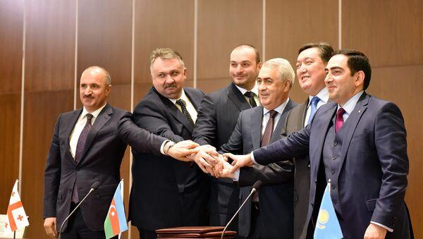 Рукопожатие после подписания протокола - Sputnik Азербайджан