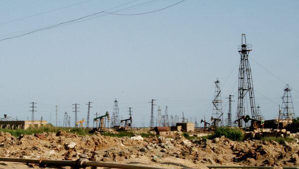 Нефтяные вышки в Баку. Архивное фото - Sputnik Azərbaycan