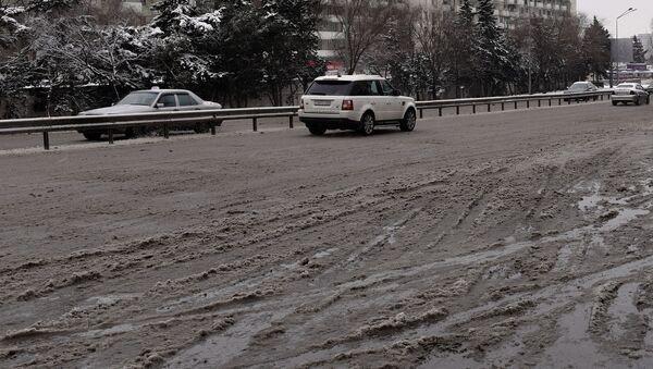 Нерасчищенные от снега дороги в Баку, архивное фото - Sputnik Азербайджан