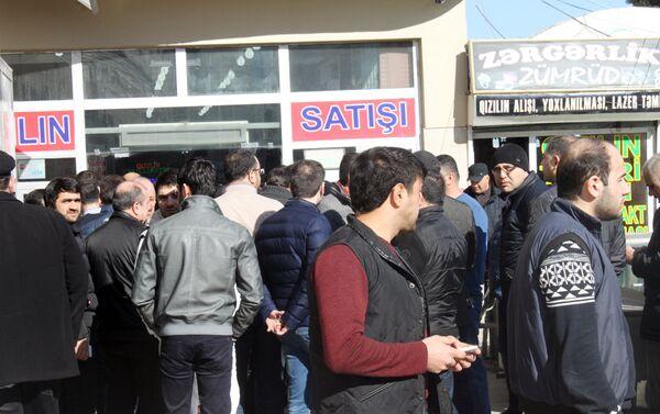 Недовольные ситуацией предприниматели перед зданием универмага - Sputnik Азербайджан