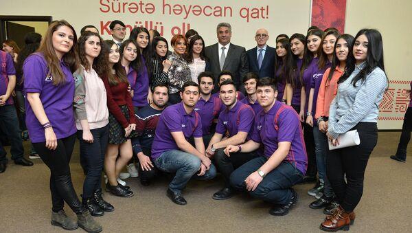 Волонтеры на открытии Волонтерского центра Формулы 1 в Баку - Sputnik Азербайджан