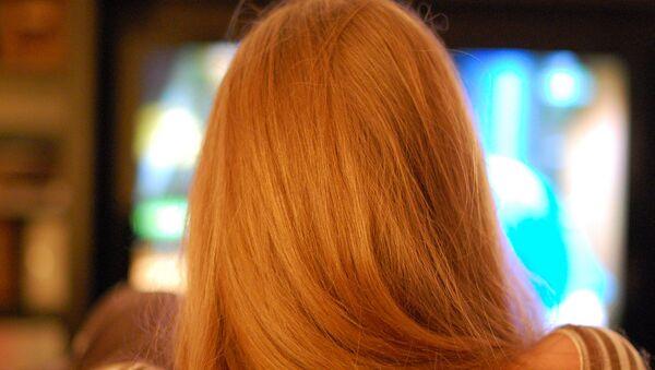 Девушка смотрит телевизор - Sputnik Азербайджан