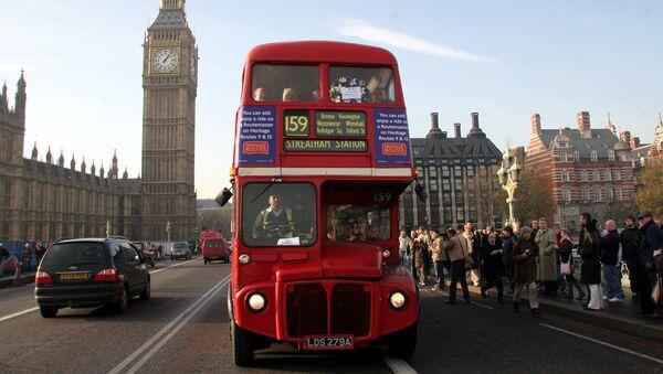 Красный двухэтажный автобус – символ Великобритании - Sputnik Azərbaycan