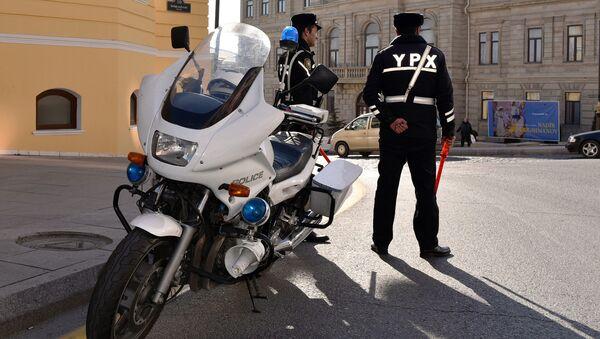 Сотрудники Дорожно-патрульной службы в Баку - Sputnik Азербайджан