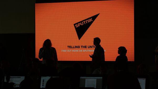 Экран с логотипом и девизом информационного агентства - Sputnik Азербайджан