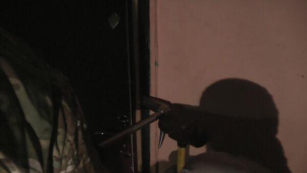 Сотрудники ФСБ выломали дверь квартиры, где подделывались паспорта для ИГ - Sputnik Азербайджан
