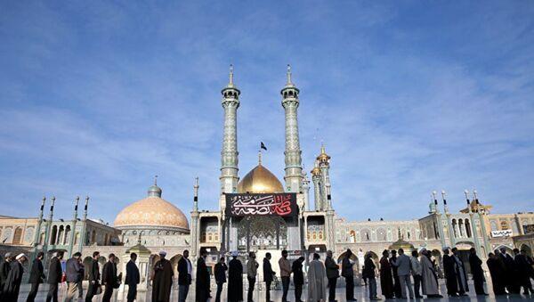 Иранцы стоят в очереди на избирательный участок в городе Кум. Архивное фото - Sputnik Azərbaycan
