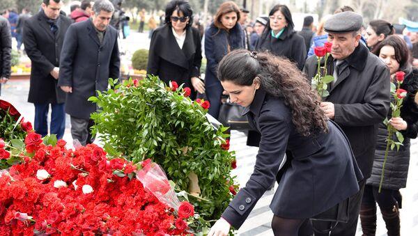 26 февраля - день памяти трагедии в Ходжалы. Люди несут цветы к монументу Зов матери, чтобы почтить память погибших, архивное фото - Sputnik Азербайджан
