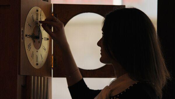 Перевод стрелок часов, архивное фото - Sputnik Азербайджан