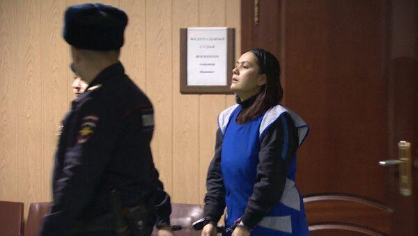 Подозреваемая в убийстве ребенка ответила на вопросы журналистов в суде - Sputnik Азербайджан