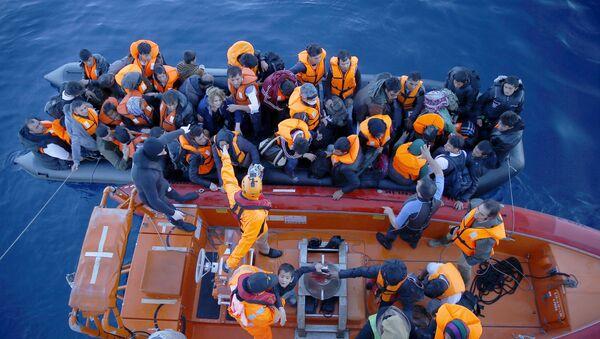 Задержанные у берегов Турции мигранты после неудачной попытки перехода на греческий остров Хиос - Sputnik Азербайджан