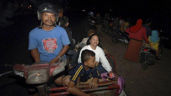 Напуганные землетрясением жители индонезийского острова Суматра - Sputnik Азербайджан