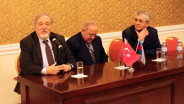 Türkiyəli tarixçi professor İlbər Ortaylı (solda) Xəzər Universitetinin qonağı olub - Sputnik Azərbaycan