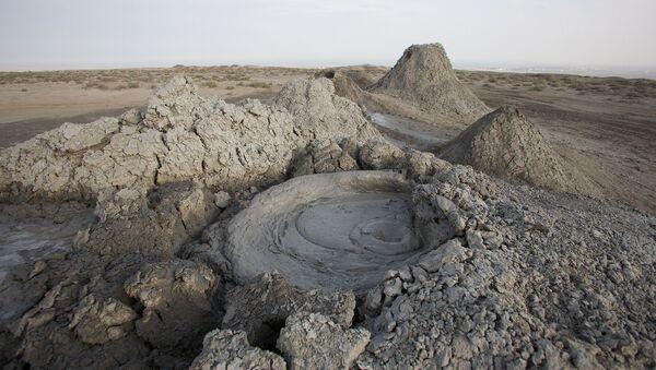 Спящий грязевой вулкан на Абшеронском полуострове, архивное фото - Sputnik Азербайджан