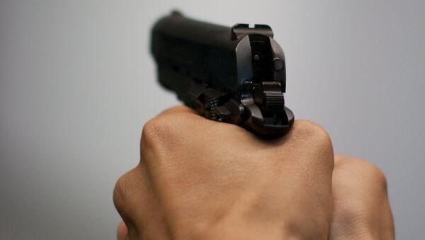 Мужчина с пистолетом в руках. Архивное фото - Sputnik Азербайджан