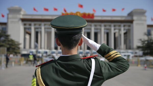 Военный полицейский отдает честь перед зданием Национального музея Китая - Sputnik Азербайджан